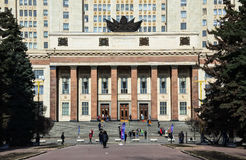 Den södra ingången till huvudbyggnaden av Moskvadelstatsuniversitetet Arkivbilder