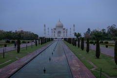 Den södra sidan av Taj Mahal på en molnig morgon royaltyfri fotografi