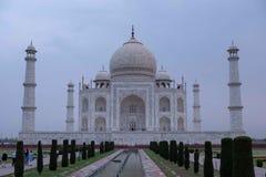 Den södra sidan av Taj Mahal på en molnig morgon royaltyfria bilder