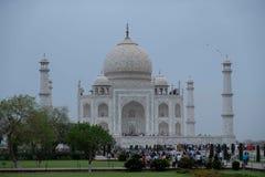 Den södra sidan av Taj Mahal på en molnig morgon royaltyfria foton
