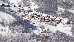 Den sömlösa öglan - snöa att falla på byn av helgonet Martin de Belleville, fjällängarna, Frankrike, videoen HD lager videofilmer