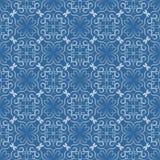Den sömlösa dekorativa vektortegelplattan med den vita filigranen snör åt modeller på blå bakgrund Arkivbilder