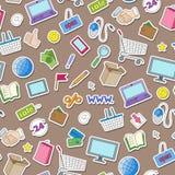 Den sömlösa illustrationen på temat av den online-shopping och internet shoppar, färgrika klistermärkesymboler på brun bakgrund Fotografering för Bildbyråer