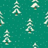 Den sömlösa julmodellen med lägenheten färgade snöig granträd royaltyfri illustrationer