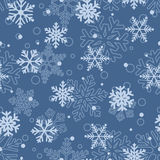 Den sömlösa modellen av snöflingor, ljus - slösa på blått Fotografering för Bildbyråer