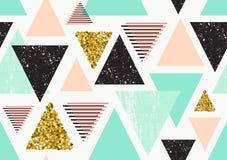 Den sömlösa modellen med guld blänker trianglar Royaltyfri Fotografi