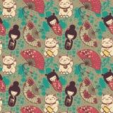 Den sömlösa modellen med traditionellt asiatiskt souvenirs^handpapper fläktar, kokeshidockor, manekineko, och sakura blommar Royaltyfri Bild