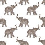 Den sömlösa modellen med trevliga abstrakta elefanter av blänker Deras stammar lyftte upp - symbol för bra lycka royaltyfri fotografi