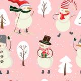 Den sömlösa tecknad filmfärgmodellen med vinterträd, snögubbe i hatt, skidar och snöflingor på rosa bakgrund royaltyfria foton