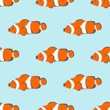 Den sömlösa vektormodellen med apelsinen fiskar på den blåa bakgrunden Arkivbild