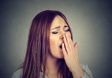 Den sömniga kvinnan med den öppna munnen som gäspar ögon, stängde att se borrad arkivfoto