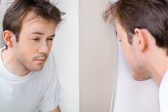 Den sömniga mannen lider från bakrus Arkivfoto