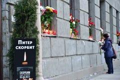 Den sörjande affischen PETER SÖRJER offren av terroristattacken Arkivfoto