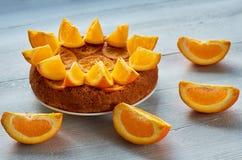 Den söta caramelized orange pajen dekorerade med nya orange skivor på den gråa bakgrunden Citrus paj Arkivbilder