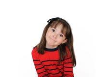 Den söta flickan med gulligt grinar. Isolerat arkivbild