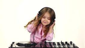 Den söta flickan med krullning spelar för dj-konsol långsam rörelse lager videofilmer