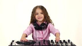 Den söta flickan med krullning spelar för dj-tabell långsam rörelse lager videofilmer
