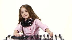 Den söta flickan med krullning spelar för dj-tabell Vit bakgrund arkivfilmer