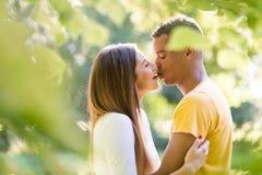 Den söta kyssen - koppla ihop med ett stycke av choklad Arkivbild