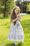 Den söta långhåriga prinsessan ser absolut förtjusande Arkivfoton