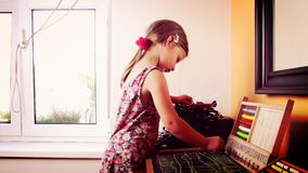Den söta lilla flickan spelar med kulrammet och skriver på svart tavla med krita Förskole- begrepp, barndombegrepp toy arkivfilmer
