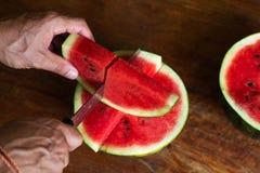 Den söta vatten-melon, mannen klipper enmelon, en kniv i enmelon stock illustrationer