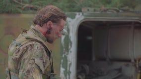 Den s?rade ukrainska soldaten i hj?rnskakning g?r n?ra en beh?llare arkivfilmer