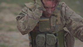 Den s?rade ukrainska soldaten i hj?rnskakning g?r n?ra en beh?llare lager videofilmer
