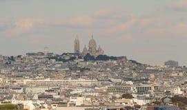 Den Sacre Coeur basilikan och de parisian husen, Paris Royaltyfri Foto