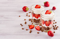 Den saftiga frukosten med choklad klumpa ihop sig den dekorerade skivade jordgubben för havreflingor på det vita wood brädet, kop Royaltyfria Foton