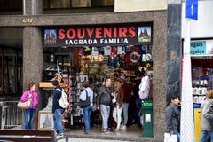Den Sagrada Familia souvenir shoppar i Barcelona, Spanien Arkivfoton