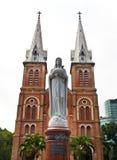Notre Dame domkyrka med vitskyen, Ho Chi Minh City, Vietnam Royaltyfri Foto