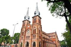 Notre Dame domkyrka med vitskyen, Ho Chi Minh City, Vietnam Arkivbild