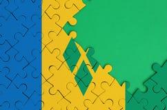 Den Saint Vincent och Grenadinerna flaggan visas på ett avslutat pussel med fritt grönt kopieringsutrymme på rätsidan vektor illustrationer