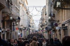 Den Sainte Catherine gatan under rusningstiden som trängas ihop med folk som shoppar bland det talrikt, shoppar av gatan Arkivbild