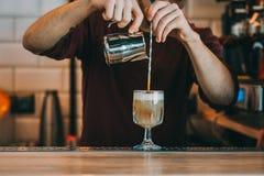 Den sakkunniga bartendern gör coctailen Arkivfoton
