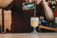 Den sakkunniga bartendern gör coctailen Arkivbilder