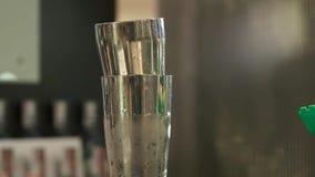 Den sakkunniga bartendern gör coctailen på nattklubben lager videofilmer