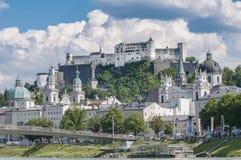 Den Salzburg fästningen (Festung Hohensalzburg) som ses från Salzach, rive Arkivbild