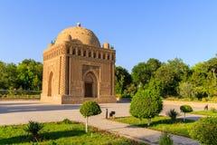 Den Samanid mausoleet i parkera, Bukhara, Uzbekistan Unesco-världsarv royaltyfria foton