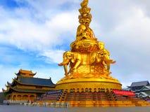 Den Samantabhadra statyn står i Mount Emei royaltyfria bilder