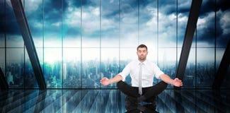 Den sammansatta bilden av affärsmannen som mediterar i lotusblomma, poserar royaltyfria foton