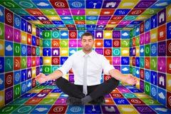 Den sammansatta bilden av affärsmannen som mediterar i lotusblomma, poserar Arkivbilder