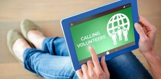 Den sammansatta bilden av att kalla ställa upp som frivillig text med symboler på den gröna skärmen Royaltyfri Bild