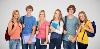 Den sammansatta bilden av att le studenter som bär ryggsäckar och innehavet, bokar i deras händer Fotografering för Bildbyråer