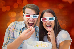 Den sammansatta bilden av attraktivt barn kopplar ihop att hålla ögonen på en film 3d Arkivbilder