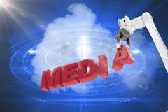 Den sammansatta bilden av bilden av den robotic armen som ordnar massmedia, smsar 3d Arkivbild