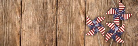 Den sammansatta bilden av bilden 3d av lilla solen leker med amerikanska flagganmodellen Arkivfoton