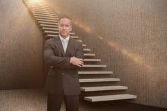 Den sammansatta bilden av den allvarliga chefen med armar korsade i lagret 3d Arkivfoto