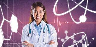 Den sammansatta bilden av den asiatiska doktorn med armar korsade att se kameran arkivbilder